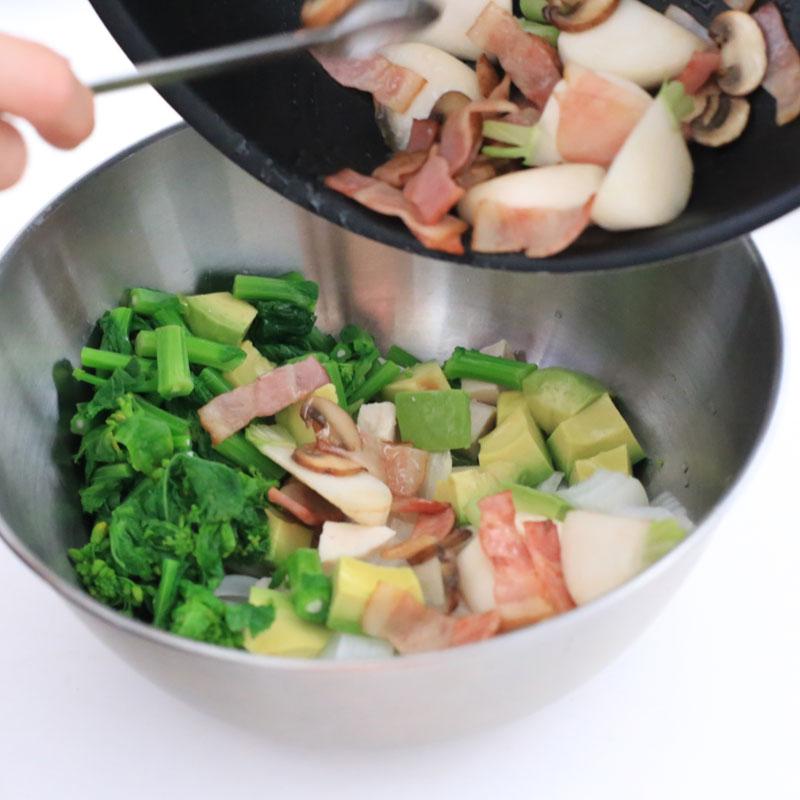 「春野菜のコブサラダ」をフライパンからボウルに移している