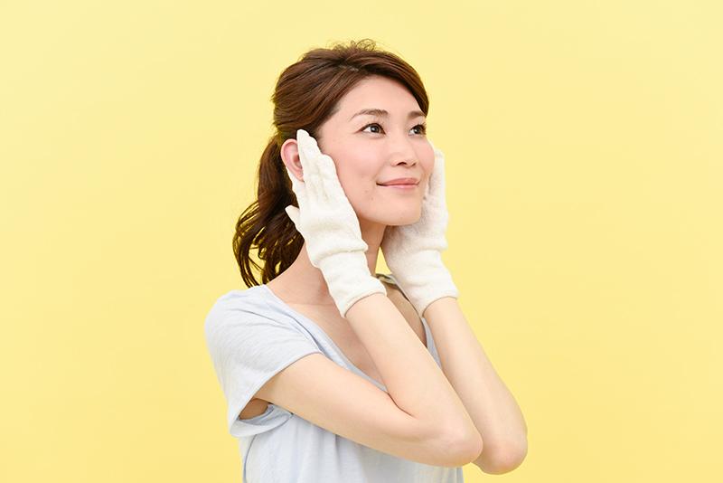 両手の指の腹全体であごの下から耳の下まで持ち上げて、首筋の裏側を通って鎖骨の内側まで下ろす