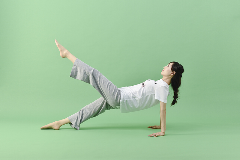 反対側の脚に入れ替えて、同じ動作を行う女性