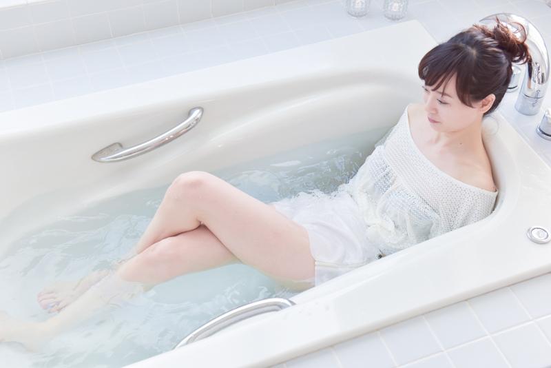 女性がお風呂で左膝が上になるように、脚をクロスする