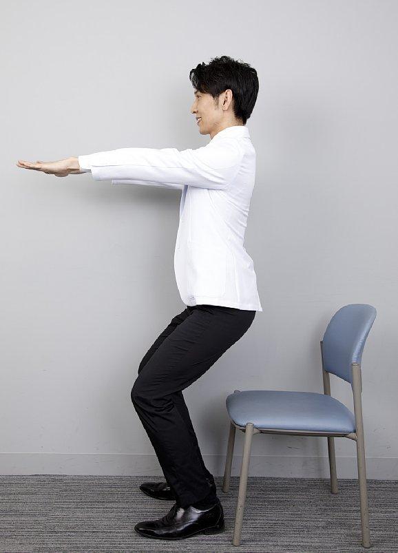 """【4】 そのまま、""""いーち、にー、さーん、よーん、ごぉー、ろーく、なーな"""" と7秒数えながらゆっくり椅子に座る"""