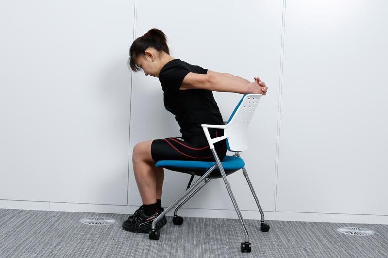 ゆっくりと肩と肩甲骨を元の位置に戻す