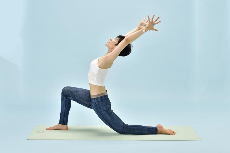 息を吸いながら、両腕を頭上へ。骨盤が正面に向くように注意