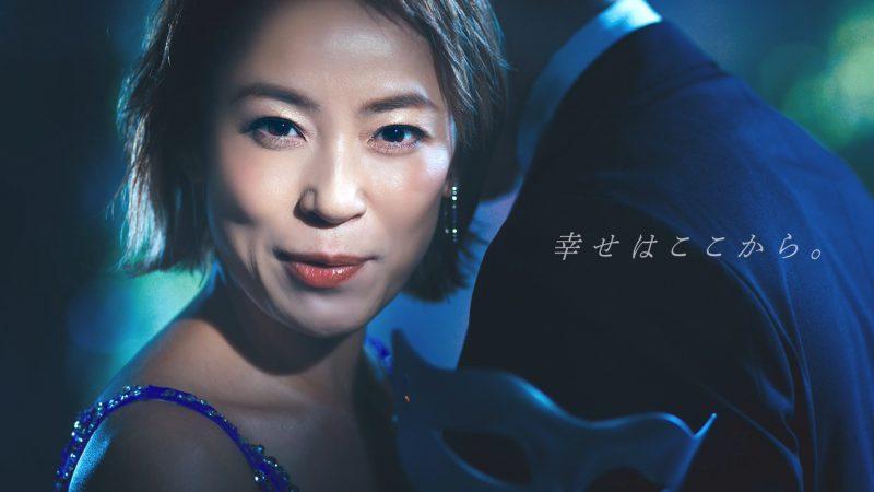 佐藤仁美さんが、出演するライザップのテレビCMで男性と抱き合う