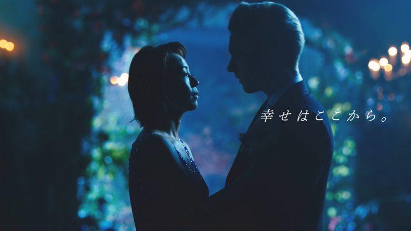 佐藤仁美さんが、出演するライザップのテレビCMで男性と見つめ合う