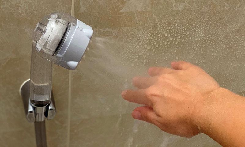 エステシャワーミスト『fracora ミラブル』でシャワーを手の甲にあてている
