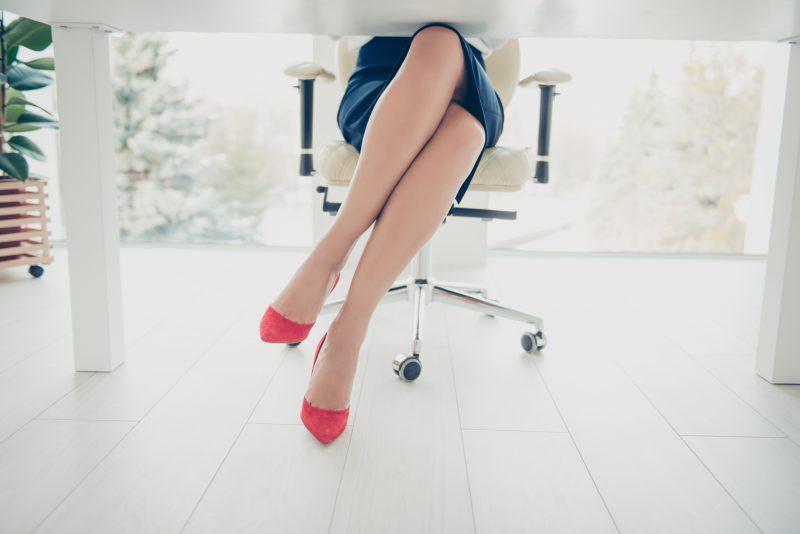 オフィスの椅子で足を組む女性