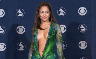 ジェニファー・ロペス、胸の谷間見せドレスの秘密を明かす