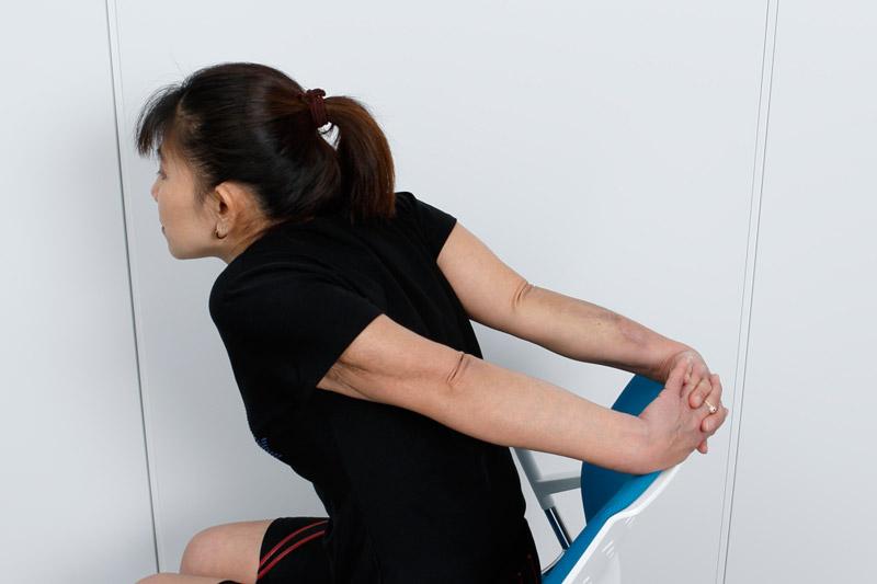 肩が上がるとコリの原因になってしまうので要注意! また腰を反らせると、腰に負担かかる。腰痛の原因にも注意。