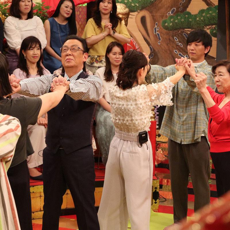 きくち体操に挑戦している『梅ズバ』出演者たち