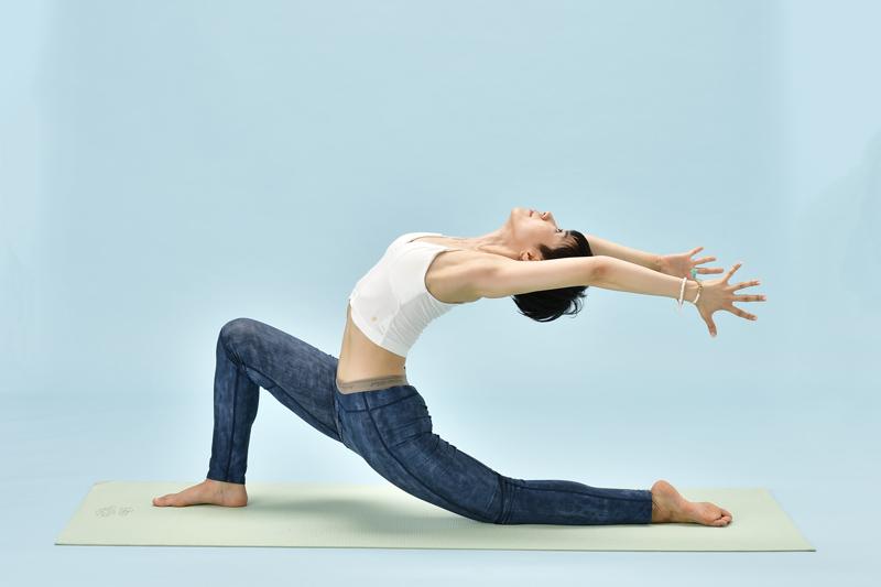 【8】の姿勢で、肩甲骨の付け根からさらに両腕を引き上げる。
