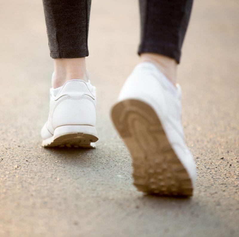 歩いてる人の足元