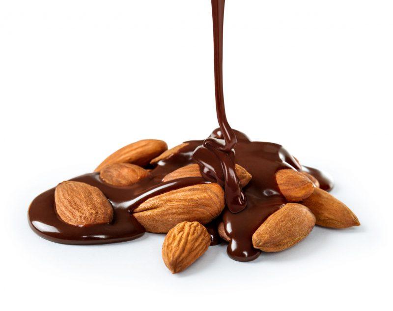 アーモンドにチョコレートがかかっている写真