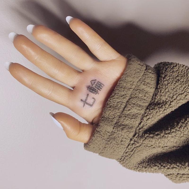 アリアナ・グランデの手のひらに「七輪」と書かれている