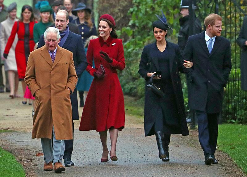 チャールズ皇太子、ウイリアム王子、キャサリン妃らに並んで、ヘンリー王子と腕を組みながら歩くメーガン妃