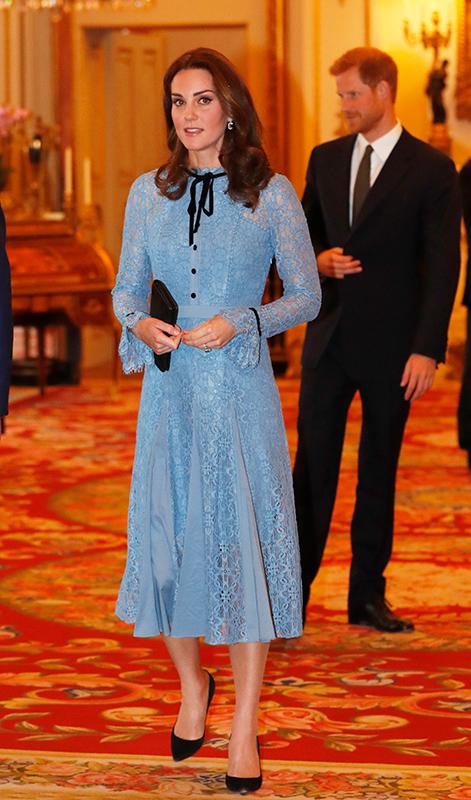 青いシャツドレスを着たキャサリン妃