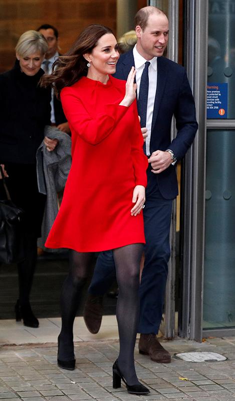 赤いワンピースを着たキャサリン妃