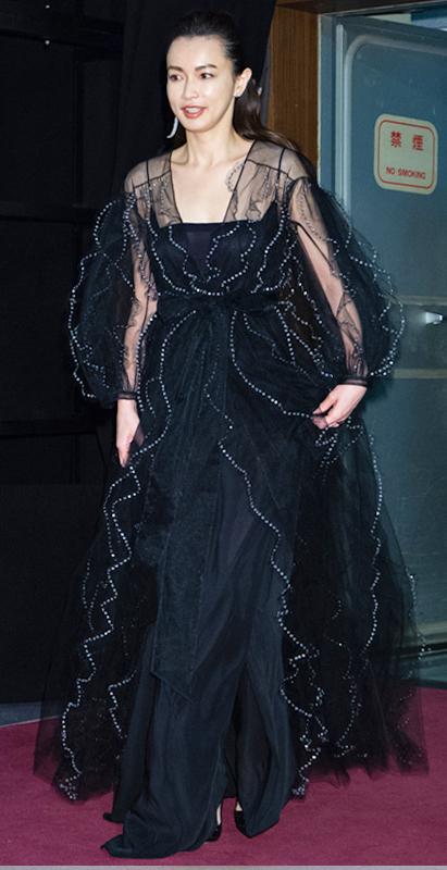 長谷川京子がドレッシーなブラックドレスを着ている
