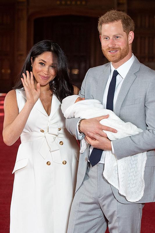 メーガン妃が第1子出産後にヘンリー英王子と会見して笑顔で手を振っている