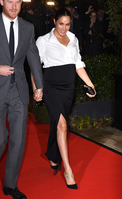 スーツ姿のヘンリー王子とレッドカーペットを手をつないで歩くメーガン妃