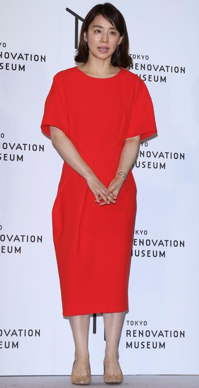 石田ゆり子が真紅の5分そでワンピースを着ている