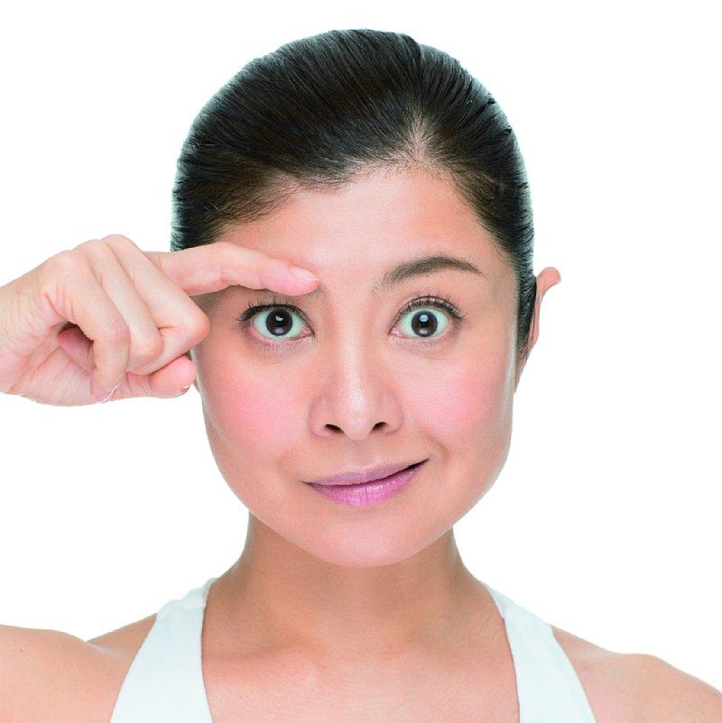 右手の人差し指で、右眉を動かないように固定する。顔は正面のまま、左の眉と口角をゆっくり左上に上げる。