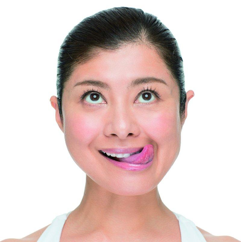 上の歯だけをしっかり見せてにっこり笑う。目線は上。舌を出し、左上に舌先を尖らせる。