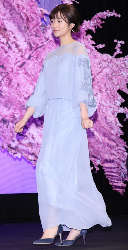 木村文乃がラベンダー色のドレスを着ている