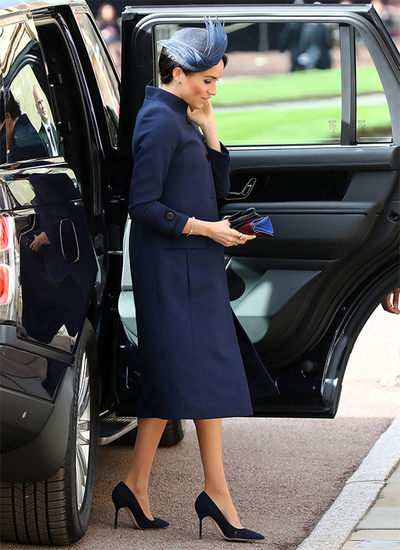 車から降りてくるメーガン妃。紺色のコートを着ている。