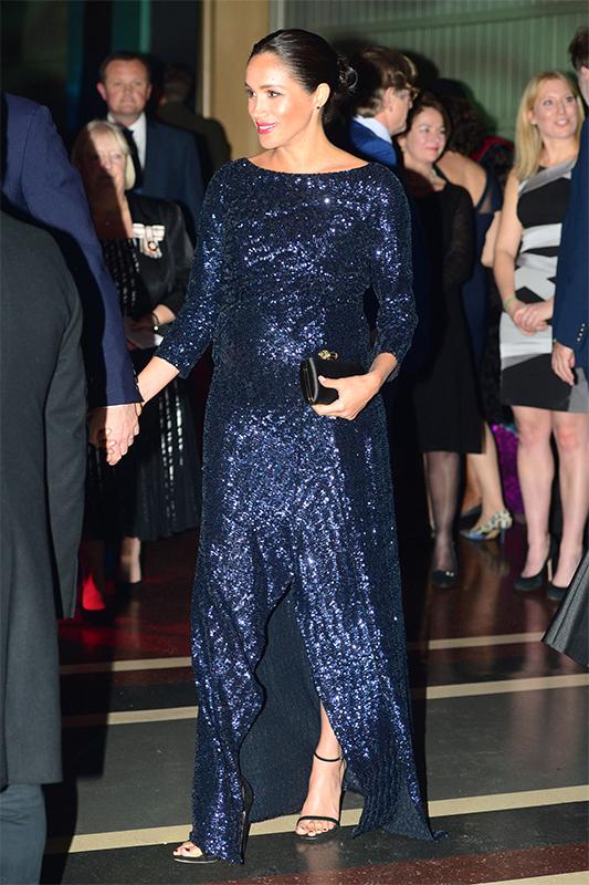 濃いブルーのロングドレスに高いヒールの靴を履いた足には赤のペディキュアが目立っていたメーガン妃