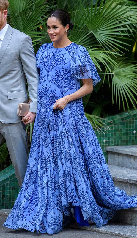 鮮やかな青いドレスを着たメーガン妃