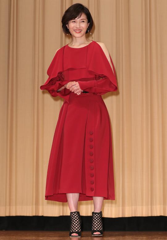 真っ赤なドレスを着た水野真紀