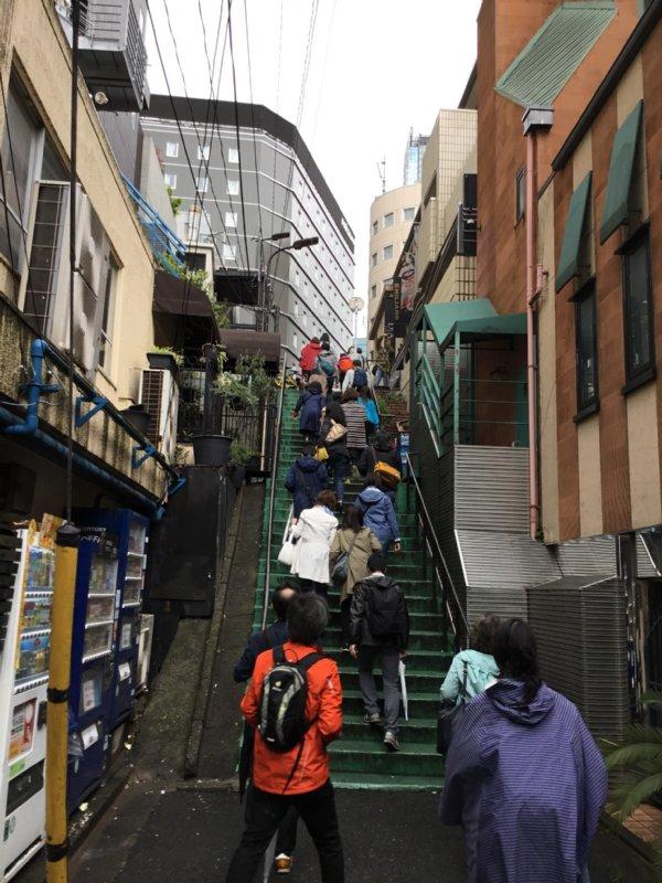 スリバチ学会のメンバーが階段を上る