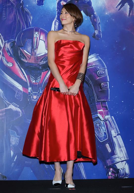 つやのある真っ赤なドレスを着た米倉涼子