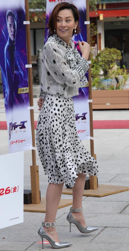 米倉涼子が白と黒の水玉やヒョウ柄、チェックなどの柄が入ったワンピースを着ている