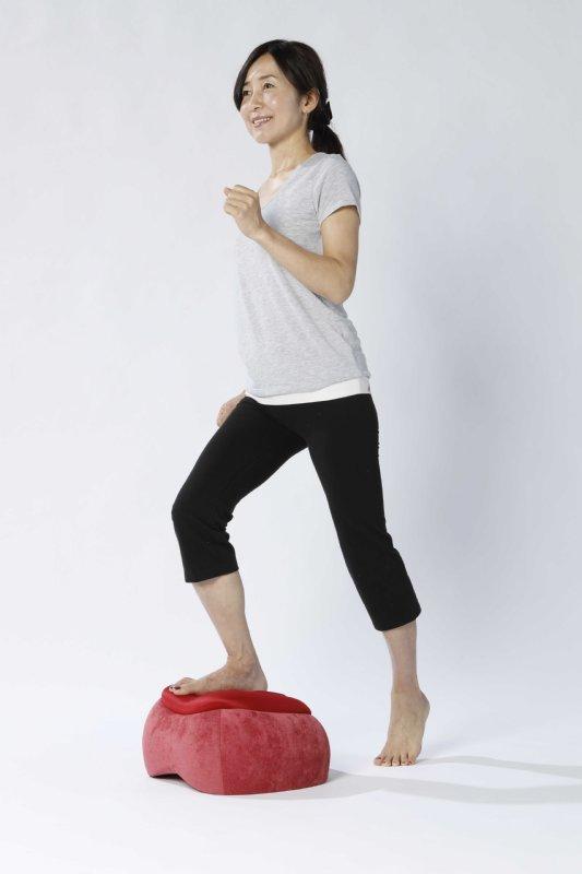 『スリムルームステッパー』を使って足踏みエクササイズをしている女性