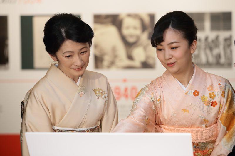 パソコンの画面を見つめる紀子さまと佳子さま