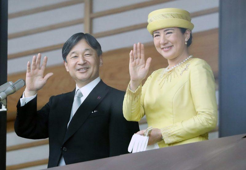 笑顔でお手振りをされる天皇陛下と皇后さま