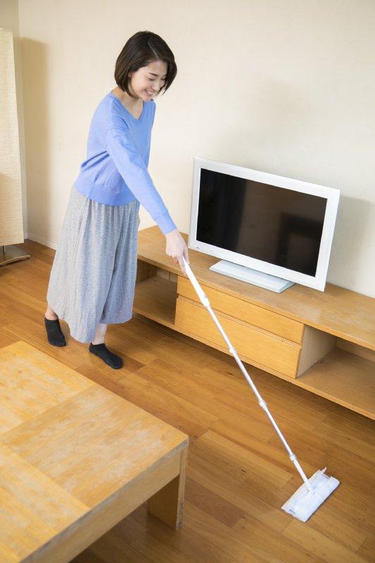 窓拭き同様、床掃除でもひじを伸ばして行うのがポイント。