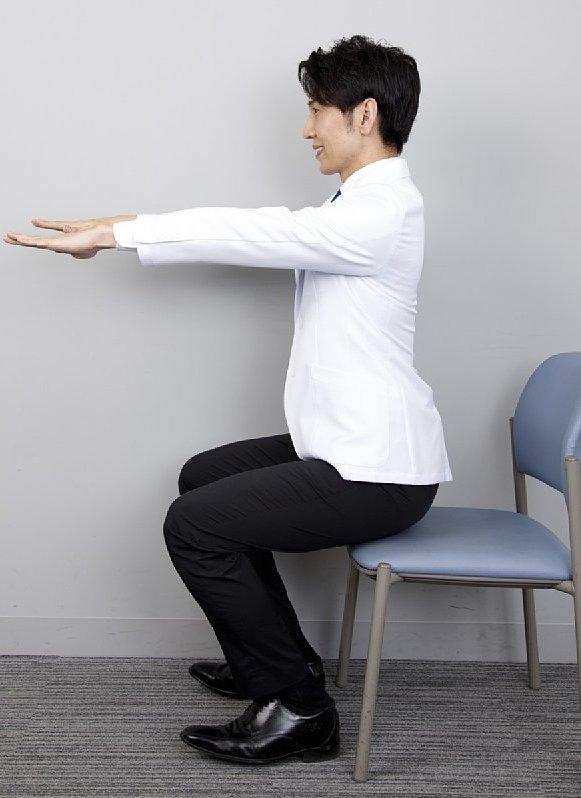 座面の前3分の1あたりへの着地をイメージして、ゆっくり腰を真下に下ろす。