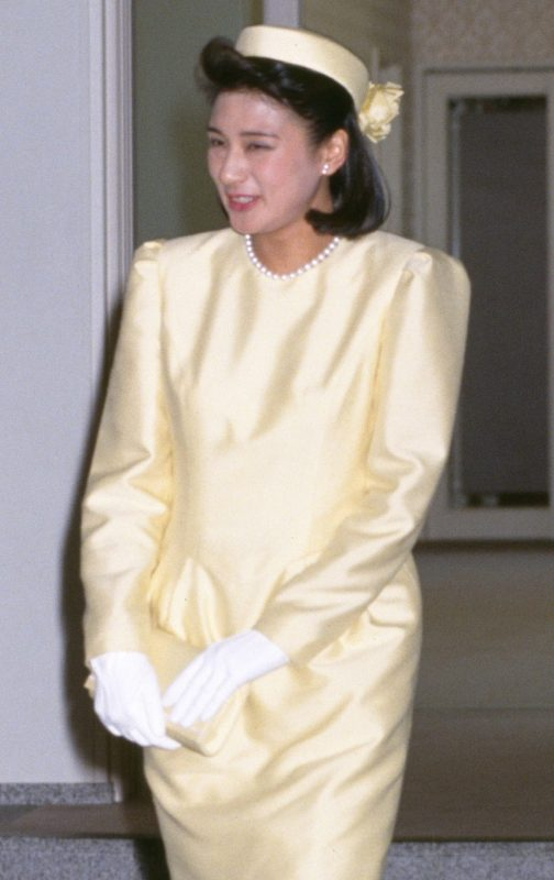 婚約会見で黄色のワンピースを着た雅子さま