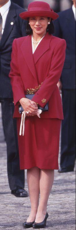 赤いスーツ姿の雅子さま。スカートがひざ下丈に変化している。