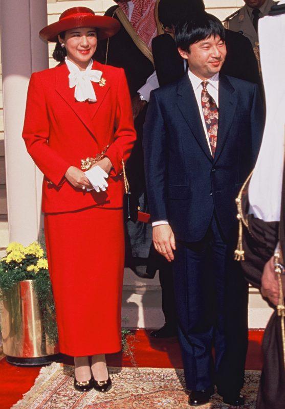 赤いロングスカートのスーツ姿の雅子さまがにこやかな表情をされている。