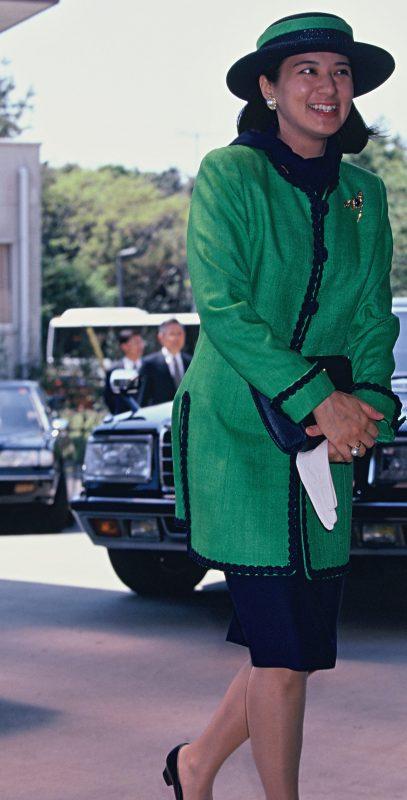 鮮やかな緑のジャケットにひざ丈のスカートの雅子さま