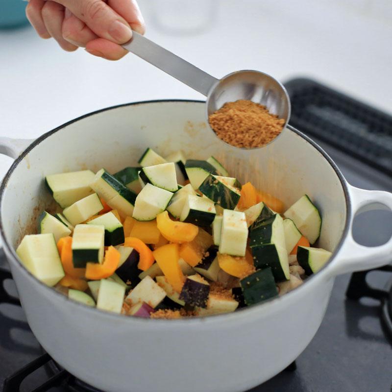 夏野菜と鶏肉のクミン煮込みにクミンシードを入れている