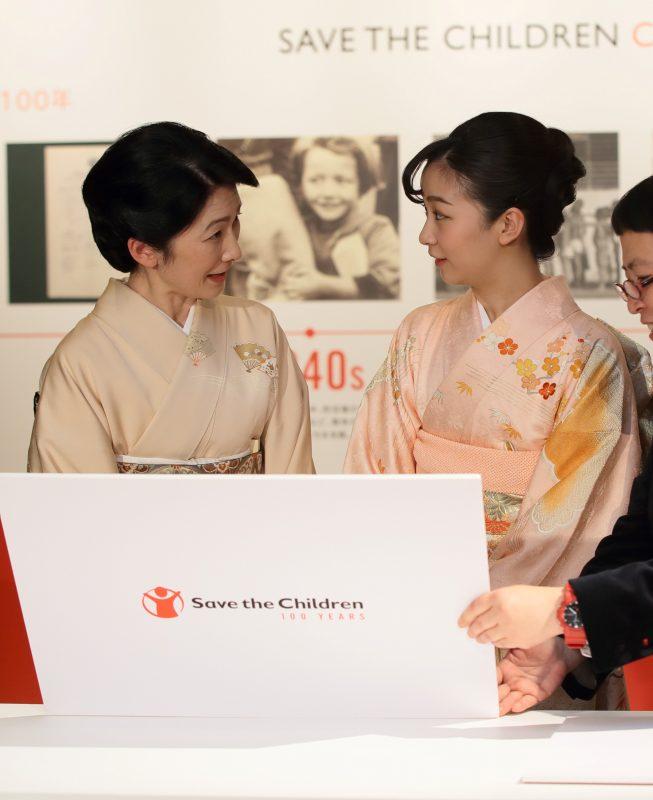 目を合わせて微笑む、紀子さまと佳子さま