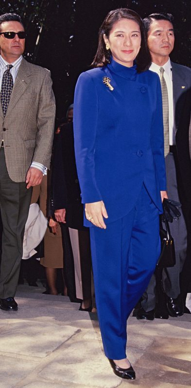 ロイヤルブルーのパンツスーツ姿の雅子さま。