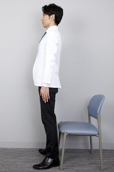 両足を肩幅よりやや広めにし、椅子の前に立つ。