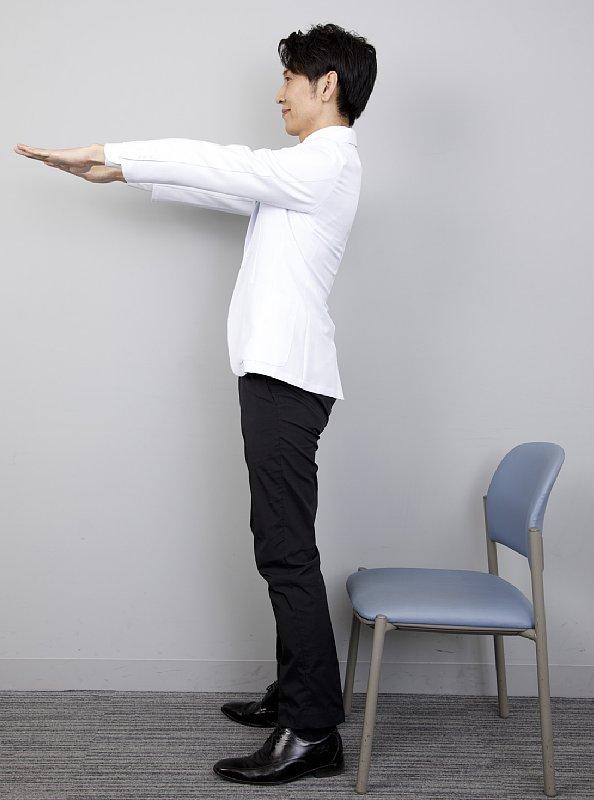 背筋を伸ばし、目線は正面、両腕を肩の高さまで上げてまっすぐ伸ばす。