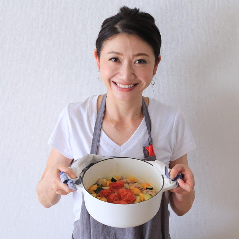 「夏野菜と鶏肉のクミン煮込み」の鍋を持つ市橋有里